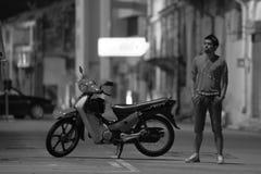 Ένας τύπος με ένα ποδήλατο Στοκ Εικόνες