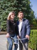 Ένας τύπος οδηγά το κορίτσι του σε ένα ποδήλατο Στοκ εικόνα με δικαίωμα ελεύθερης χρήσης