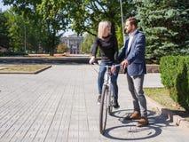 Ένας τύπος οδηγά το κορίτσι του σε ένα ποδήλατο Στοκ φωτογραφία με δικαίωμα ελεύθερης χρήσης