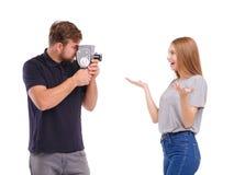 Ένας τύπος παίρνει μια εικόνα ενός κοριτσιού σε μια αναδρομική κάμερα η ανασκόπηση απομόνωσε το λευκό Στοκ φωτογραφία με δικαίωμα ελεύθερης χρήσης