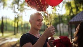 Ένας τύπος πηγαίνει στη φίλη του, φέρνει μια ανθοδέσμη των λουλουδιών και των μπαλονιών Φίλη γενεθλίων Κορίτσι που πηδά με τη χαρ φιλμ μικρού μήκους