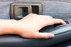 Ένας Τύπος χεριών στο γυαλί αυτοκινήτων κουμπιών ελέγχου του αυτοκινήτου Στοκ φωτογραφία με δικαίωμα ελεύθερης χρήσης