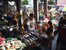 Ένας υγρός προμηθευτής αγοράς πωλεί ποικίλα φρέσκα θαλασσινά σε μια δημόσια αγορά Στοκ φωτογραφία με δικαίωμα ελεύθερης χρήσης
