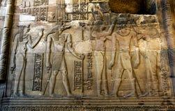 Ένας υπέροχα διακοσμημένος τοίχος που επιδεικνύει τις χαράξεις και hieroglyphs στο ναό Kom Ombo στην Αίγυπτο στοκ εικόνες