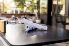 Ένας υπαίθριος πίνακας καφέδων που τίθεται για δύο Στοκ φωτογραφία με δικαίωμα ελεύθερης χρήσης