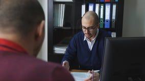 Ένας υφιστάμενος στο γραφείο της γέννησης υποβάλλει έκθεση σχετικά με την προγραμματισμένη ροή της δουλειάς απόθεμα βίντεο