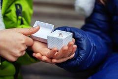 Ένας φίλος δίνει στο φίλο της ένα δαχτυλίδι Η έννοια της αγάπης και Valent Στοκ Εικόνα