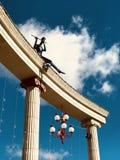 Ένας φλαουτίστας παίζει επάνω στις στήλες στο κύριο τετράγωνο σε Irpin - την ΟΥΚΡΑΝΙΑ - ΜΟΥΣΙΚΗ στοκ εικόνες