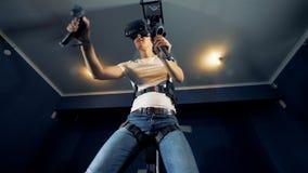 Ένας φορέας κινεί τα χέρια φορώντας τα γυαλιά VR, κατώτατη άποψη απόθεμα βίντεο