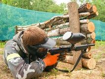 Ένας φορέας paintball που είναι έτοιμος να πυροβολήσει από το κρύψιμο Να βρεθεί στο έδαφος και πυροβολισμός στοκ εικόνες με δικαίωμα ελεύθερης χρήσης