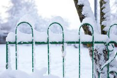 Ένας φράκτης μετά από χιονοπτώσεις στοκ εικόνες με δικαίωμα ελεύθερης χρήσης