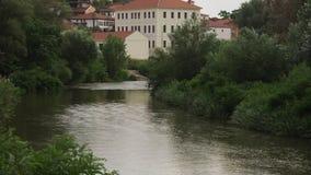 Ένας φυσικός ποταμός που τρέχει αν και ένας πιό forrest σε μια μικρή πόλη φιλμ μικρού μήκους