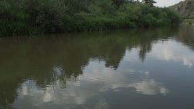 Ένας φυσικός ποταμός που τρέχει εν τούτοις έναν πιό forrest φιλμ μικρού μήκους