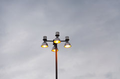 Ένας φωτεινός σηματοδότης και ένας ουρανός, σύγχρονη οδός λαμπτήρων Στοκ Εικόνες