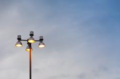 Ένας φωτεινός σηματοδότης και ένας ουρανός, σύγχρονη οδός λαμπτήρων Στοκ φωτογραφία με δικαίωμα ελεύθερης χρήσης