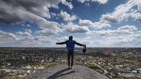 Ένας φωτογράφος με μια κάμερα στέκεται σε ένα hil στοκ φωτογραφία με δικαίωμα ελεύθερης χρήσης