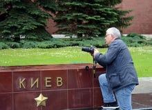 Ένας φωτογράφος στην αλέα των πόλεων ηρώων στον τάφο του άγνωστου στρατιώτη στον κήπο του Αλεξάνδρου της Μόσχας Κρεμλίνο Στοκ φωτογραφίες με δικαίωμα ελεύθερης χρήσης