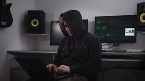 Ένας χάκερ προετοιμάζεται για την cyber-επίθεση στο υπόγειο δωμάτιο υπολογιστών Ένα άτομο εισάγει με ταχύ ρυθμό τις πληροφορίες γ απόθεμα βίντεο