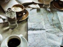 Ένας χάρτης και μερικά φλυτζάνια καφέ Στοκ φωτογραφία με δικαίωμα ελεύθερης χρήσης
