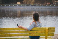 Ένας χίπης κοριτσιών στην όχθη ποταμού που θέτει και που χαμογελά Στοκ φωτογραφίες με δικαίωμα ελεύθερης χρήσης