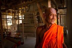 Ένας χαμογελώντας βουδιστικός μοναχός στο ναό του σε Sukhothai, Ταϊλάνδη στοκ φωτογραφία
