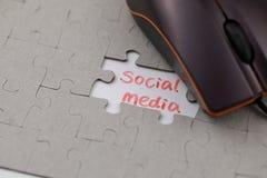 Ένας χαρακτηριστικός γρίφος τορνευτικών πριονιών με τα κοινωνικά μέσα και το ποντίκι στοκ φωτογραφίες με δικαίωμα ελεύθερης χρήσης