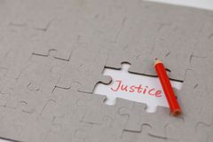 Ένας χαρακτηριστικός γρίφος τορνευτικών πριονιών με τη δικαιοσύνη στοκ εικόνα με δικαίωμα ελεύθερης χρήσης