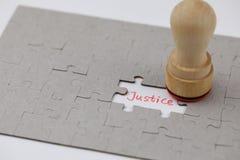 Ένας χαρακτηριστικός γρίφος τορνευτικών πριονιών με τη δικαιοσύνη στοκ εικόνες