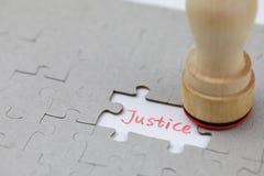Ένας χαρακτηριστικός γρίφος τορνευτικών πριονιών με τη δικαιοσύνη στοκ φωτογραφία με δικαίωμα ελεύθερης χρήσης