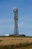 Ένας χαρακτηριστικός ραδιο και κινητός πύργος τηλεπικοινωνιών τηλεφωνικών δικτύων τοποθετεί στο καλλιεργήσιμο έδαφος κοντά σε Gro Στοκ Εικόνα