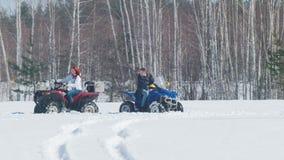 Ένας χειμερινός δασικός Α άνδρας που έχει ένα πρόβλημα με το όχημα για το χιόνι και την οδήγηση γυναικών γύρω από τον απόθεμα βίντεο