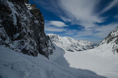 Ένας χειμερινός περίπατος είναι στα βουνά Στοκ Εικόνες