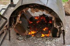 Ένας χειροποίητος φούρνος για τη θέρμανση των κενών μετάλλων Στοκ φωτογραφία με δικαίωμα ελεύθερης χρήσης