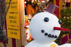 Ένας χιονάνθρωπος μπροστά από τα καταστήματα στις παραδοσιακές αγορές Χριστουγέννων στην ειρήνη τετραγωνικό Namesti Miru στην Πρά Στοκ εικόνα με δικαίωμα ελεύθερης χρήσης