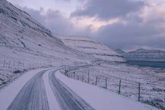 Ένας χιονισμένος δρόμος στις Νήσους Φαρόι Στοκ εικόνα με δικαίωμα ελεύθερης χρήσης