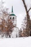Ένας χιονώδης δρόμος οδηγεί σε μια εκκλησία ή έναν καθεδρικό ναό Στοκ φωτογραφία με δικαίωμα ελεύθερης χρήσης