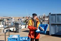 Ένας ψαράς με ένα κιβώτιο ψαριών μέσα σε ένα αλιευτικό σκάφος στοκ φωτογραφίες με δικαίωμα ελεύθερης χρήσης
