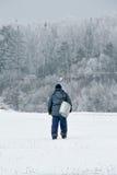 Ένας ψαράς πηγαίνει στον ποταμό να αλιεύσει Στοκ Εικόνες