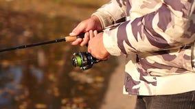 Ένας ψαράς πιάνει ένα ψάρι στην περιστροφή της περιστρεφόμενης σπείρας φιλμ μικρού μήκους