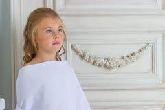 Ένας όμορφος άγγελος μικρών κοριτσιών στην άσπρη τήβεννο Στοκ Εικόνες