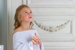 Ένας όμορφος άγγελος μικρών κοριτσιών στην άσπρη τήβεννο Στοκ Φωτογραφίες