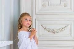 Ένας όμορφος άγγελος μικρών κοριτσιών στην άσπρη τήβεννο Στοκ Εικόνα