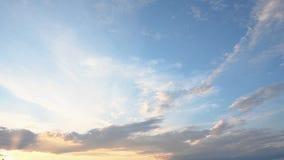 Ένας όμορφος θερινός ουρανός με τα σύννεφα στο ηλιοβασίλεμα απόθεμα βίντεο