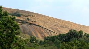 Ένας όμορφος λόφος κάτω του sittanavasal ναού σπηλιών σύνθετου στοκ φωτογραφίες