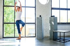 Ένας όμορφος νέος αρσενικός χορευτής μπαλέτου που ασκεί σε ένα ύφος Α σοφιτών Στοκ φωτογραφία με δικαίωμα ελεύθερης χρήσης