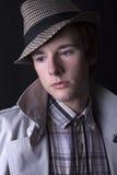 Ένας όμορφος νεαρός άνδρας σε ένα καπέλο Στοκ Φωτογραφίες