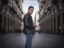 Ένας όμορφος νεαρός άνδρας στην παλαιά κλασική ρύθμιση πόλεων στοκ φωτογραφία με δικαίωμα ελεύθερης χρήσης