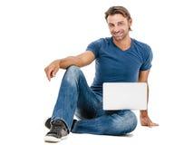Ένας όμορφος νεαρός άνδρας που εργάζεται στο lap-top του Στοκ φωτογραφίες με δικαίωμα ελεύθερης χρήσης