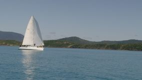 Ένας όμορφος πυροβολισμός sailboat απόθεμα βίντεο