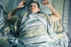 Ένας ύπνος ατόμων και βλέπει τον εφιάλτη στοκ φωτογραφία με δικαίωμα ελεύθερης χρήσης